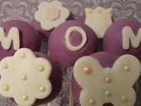 There is no better way to spoil the most special person in your life, your mom, than to bake her some delicious and gorgeous looking Mothers Day Cake Pops.  We've got lots of ideas for Mothers Day Cake pops, flower bouquets, love hearts, the list goes on.