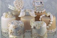 Baking: Mini Cakes 'n Petit Fours / by Jolanda van Pareren