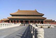 CHINE MING 1368-1644 / Le ressentiment de la population se traduit finalement par une révolte qui marque le début de la dynastie Ming en 1368. Cette dynastie arrive au pouvoir lors d'une période de renaissance culturelle et économique. L'armée régulière compte un million d'hommes. La Chine du Nord produit plus de cent mille tonnes de fer par an. Beaucoup de livres sont imprimés grâce à des caractères mobiles. La Chine peut à ce moment prétendre au statut de pays le plus avancé du mond / by Joelle Lapoujade