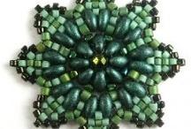 Schémas avec Twin Beads / SuperDuos / Retrouvez ici de nombreux schémas gratuits utilisant les célèbres perles à deux trous Twin Beads ou SuperDuo Beads. / by Bricol'Art perles