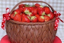 23 - Cakes: Strawberries / by Paula Rodrigues