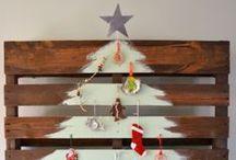 Alternatieve kerstbomen / Geen zin in een 'gewone' kerstboom dit jaar? Er zijn genoeg alternatieven te bedenken. Zoals een houten boom, mooie spulletjes op de muur in de vorm van een boom of een versierde huishoudtrap! / by Christmaholic.nl - kerst