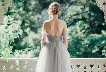 Dove Grey Wedding / Grijs hoeft niet saai te zijn! De kleur combineert prachtig met bijna elke gewenste steunkleur en geeft een zeer chique tintje aan de bruiloft. Doe hier inspiratie op en bewaar je favoriete pins! / by Covers Couture Bruidsmode