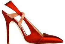 Le donne dalla caviglia in giù - Rachelle Bergstein / «Belle scarpe!» Basta questa frase per creare una connessione tra donne. Subito si aprono le porte al dialogo: si può parlare delle scarpe... E' ciò che fa Rachelle Bergstein in questo libro. E le vostre scarpe preferite quali sono? / by Libri Mondadori