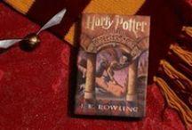 """Harry Potter / """"Nᴏ sᴛᴏʀʏ ʟɪᴠᴇs ᴜɴʟᴇss sᴏᴍᴇᴏɴᴇ ᴡᴀɴᴛs ᴛᴏ ʟɪsᴛᴇɴ. Tʜᴇ sᴛᴏʀɪᴇs ᴡᴇ ʟᴏᴠᴇ ʙᴇsᴛ ᴅᴏ ʟɪᴠᴇ ɪɴ ᴜs ғᴏʀᴇᴠᴇʀ. Sᴏ ᴡʜᴇᴛʜᴇʀ ʏᴏᴜ ᴄᴏᴍᴇ ʙᴀᴄᴋ ʙʏ ᴘᴀɢᴇ ᴏʀ ʙʏ ᴛʜᴇ ʙɪɢ sᴄʀᴇᴇɴ, Hᴏɢᴡᴀʀᴛs ᴡɪʟʟ ᴀʟᴡᴀʏs ʙᴇ ᴛʜᴇʀᴇ ᴛᴏ ᴡᴇʟᴄᴏᴍᴇ ʏᴏᴜ ʜᴏᴍᴇ."""" ― J.K. Rᴏᴡʟɪɴɢ / by Shel Holmes"""