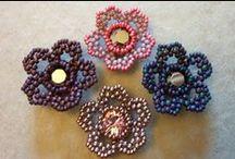 JOYAS-FLORES y PLANTAS hechos con ABALORIOS / Hechos con abalorios. Made with beads / by Andaira- Esquemas de Bisutería y Manualidades
