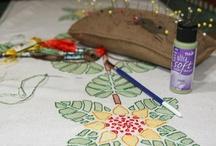 Tela: pintada, teñida, impresa o dibujada / Tinted, printed or painted fabric / Objetos, técnicas y trucos para aplicar color sobre tela, de forma artesanal. Sea con tintes, lápices de color, crayolas, pinturas textiles u otras, en este tablero colecciono telas a las que se añade color o diseño a mano. / by Maria Tenorio