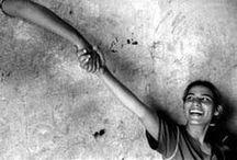 { Droits humains } / L'Organisation des Nations Unies réiterait le 25 juin 1993 à tous ses Etats Membres de se consacrer à la tâche universelle que constitue la promotion et la protection de tous les droits de l'homme et de toutes les libertés fondamentales afin d'en garantir la jouissance intégrale et universelle. N'oublions pas les droits universels de la personne, au quotidien! / by Organisation des Nations Unies (ONU)