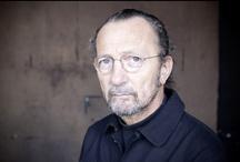 Paolo Roversi / Paolo Roversi, né en 1947 à Ravenne, appartient au carré des photographes de mode les plus célèbres au monde. Les peaux laiteuses, auréolées d'un léger flou, contrastent sur des noirs épais. Un grain très particulier obtenu grâce à la technique du Polaroïd grand format (20x25) que le photographe utilise au dos d'une chambre Deardorff, un appareil devenu depuis son support de prédilection. / by Jean-Paul Tari