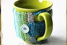 con poca lana - with a little yarn / crochet mug cozy fundas para móvil cestas / by Alpargata O'Jara
