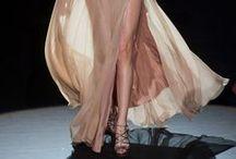 Catwalk dresses / De beste designers tonen elk seizoen hun nieuwste creaties. Op dit board zie je looks en stijlen die het mooiste in vrouwen naar boven halen, rechtstreeks van de internationale catwalks.  / by Dresses Only