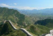 Chine (République de). / La Chine est un pays d'Asie de l'Est dont deux États contemporains prétendent actuellement détenir la souveraineté : la République populaire de Chine qui contrôle 99,6 % de son territoire et la République de Chine, qui contrôle essentiellement Taïwan. Elle s'étend des côtes de l'océan Pacifique au Pamir et aux Tian Shan, et du désert de Gobi à l'Himalaya et aux confins de la péninsule indochinoise, couvrant 9 677 009 kilomètres carrés. La densité est de 139,5 hab/km2. / by Guy Combes