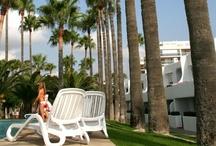 Apartamentos Tamarindos / Una agradable urbanización de Apartamentos turísticos situada frente a una extensa playa de arena, en el paseo marítimo de Peñiscola en Castellón. / by Tamarindos Apartamentos
