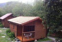 Bungalow Tipo A-4 personas Camping Playa de la Franca  / Este es nuestro bungalow de 4 personas, con dos habitaciones, baño con ducha y pequeña cocina americana / by Camping Playa de la Franca Bungalows-Asturias