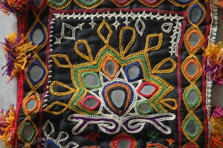 embroideries on gujrat The textiles side reproduces the rich embroideries of kutch and saurashtra through the painter's brush  gujarat depicts same object crafts maps of india .
