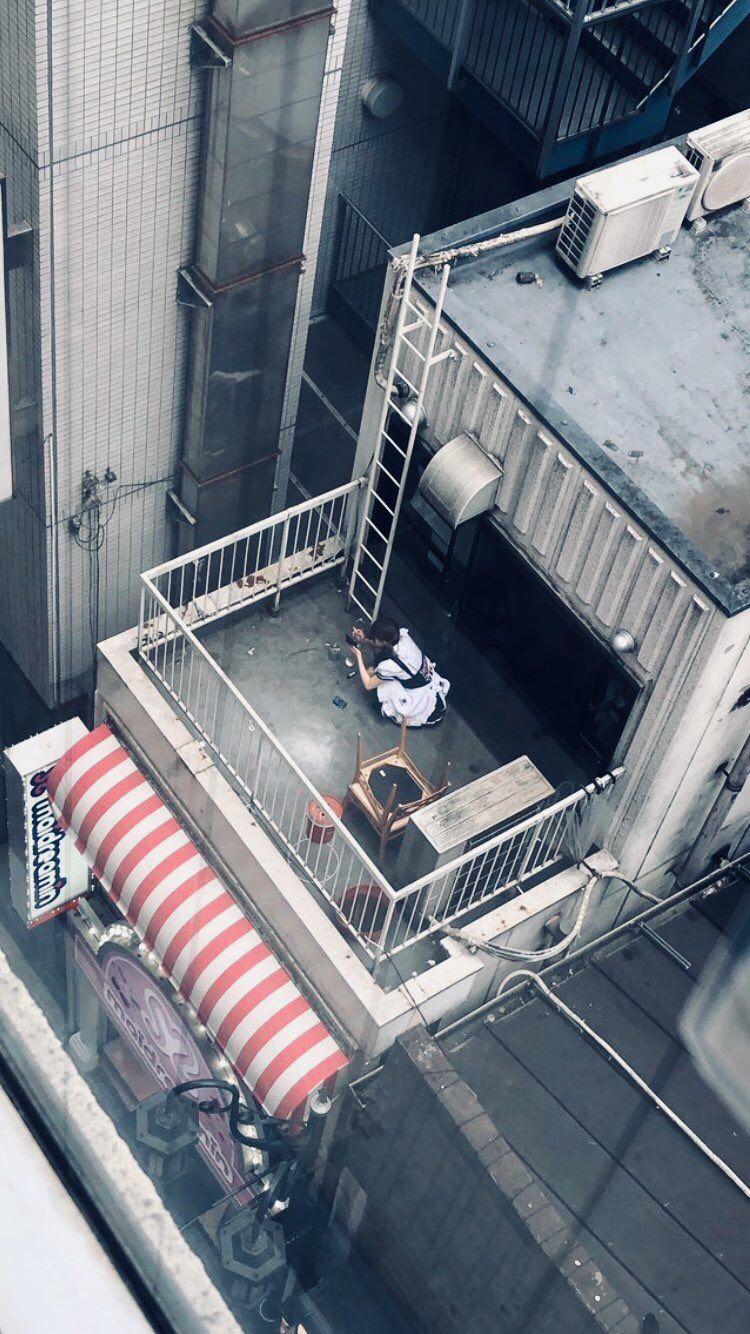 【炎上】 メイド喫茶のメイドさん、屋上でこっそりヤンキー座りでタバコを吸ってる姿を激写wwwwwwwwwwwwwwww