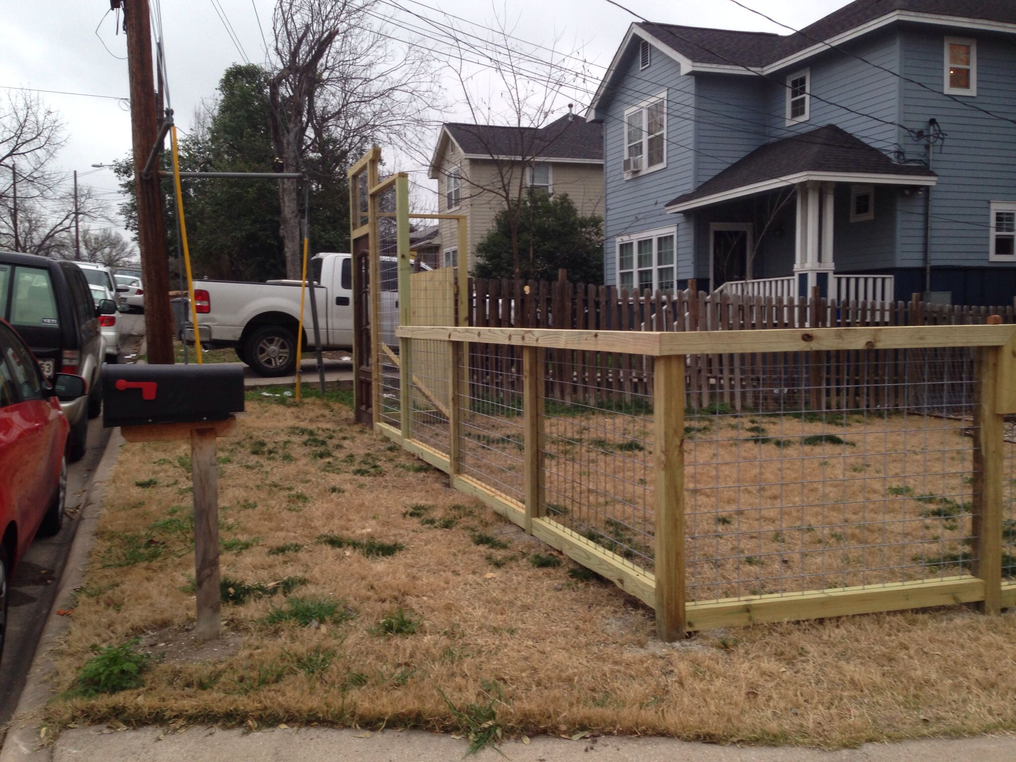 Wire Fence For Yard : Welded wire fence front yard  Neverending Remodeling Project