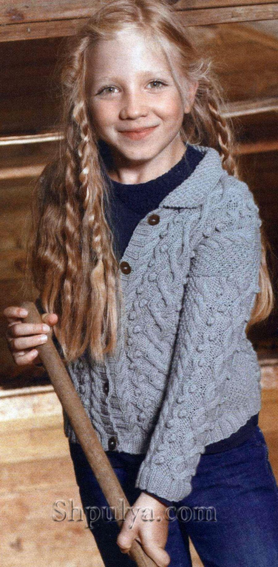 Красивый свитер спицами с узором из аранов и кос для девочки