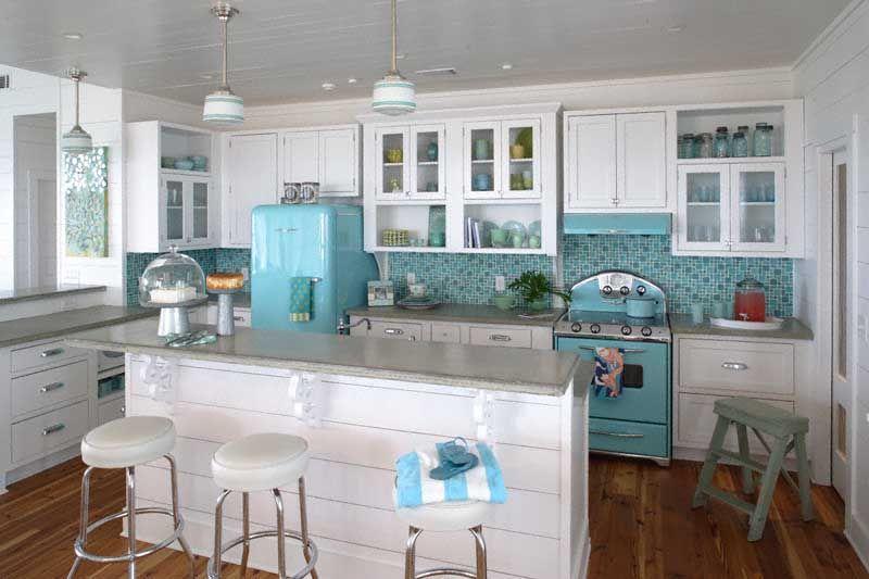 Белая кухня в интерьере с бирюзовым фото