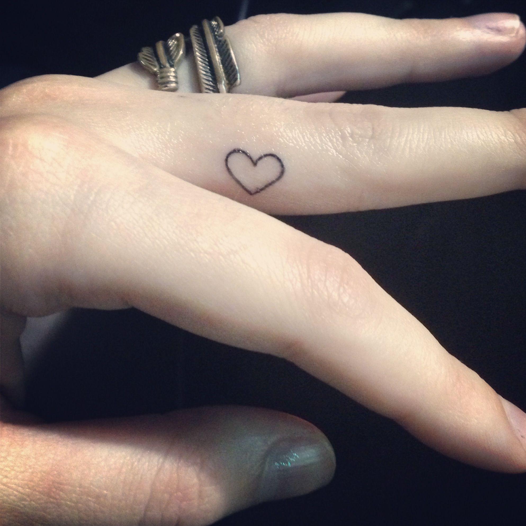 Cute heart finger tattoo tattoos pinterest - Tatouage interieur doigt ...
