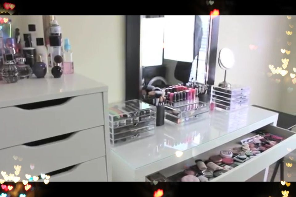 Makeup table beauty room pinterest for Table lipstick