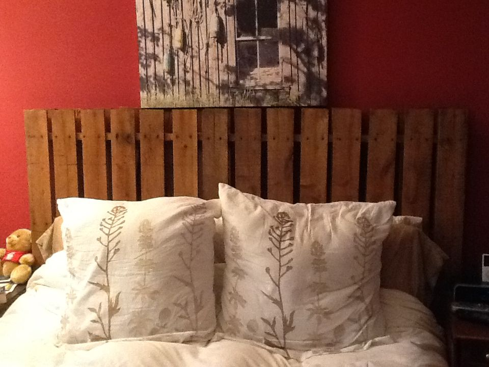Diy palette headboard for Do it yourself headboards with fabric