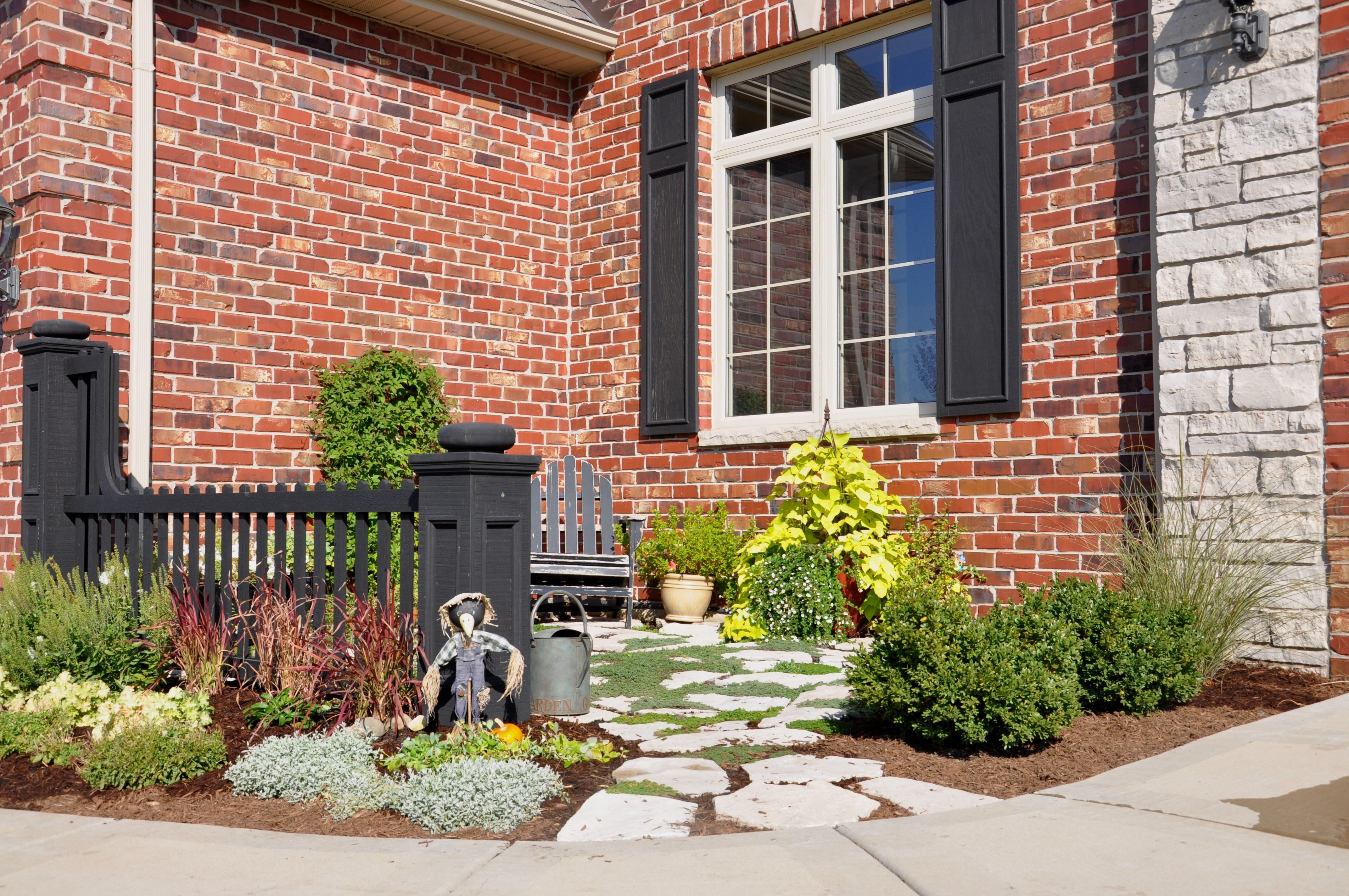 Front courtyard outside pinterest for Homes with front courtyards