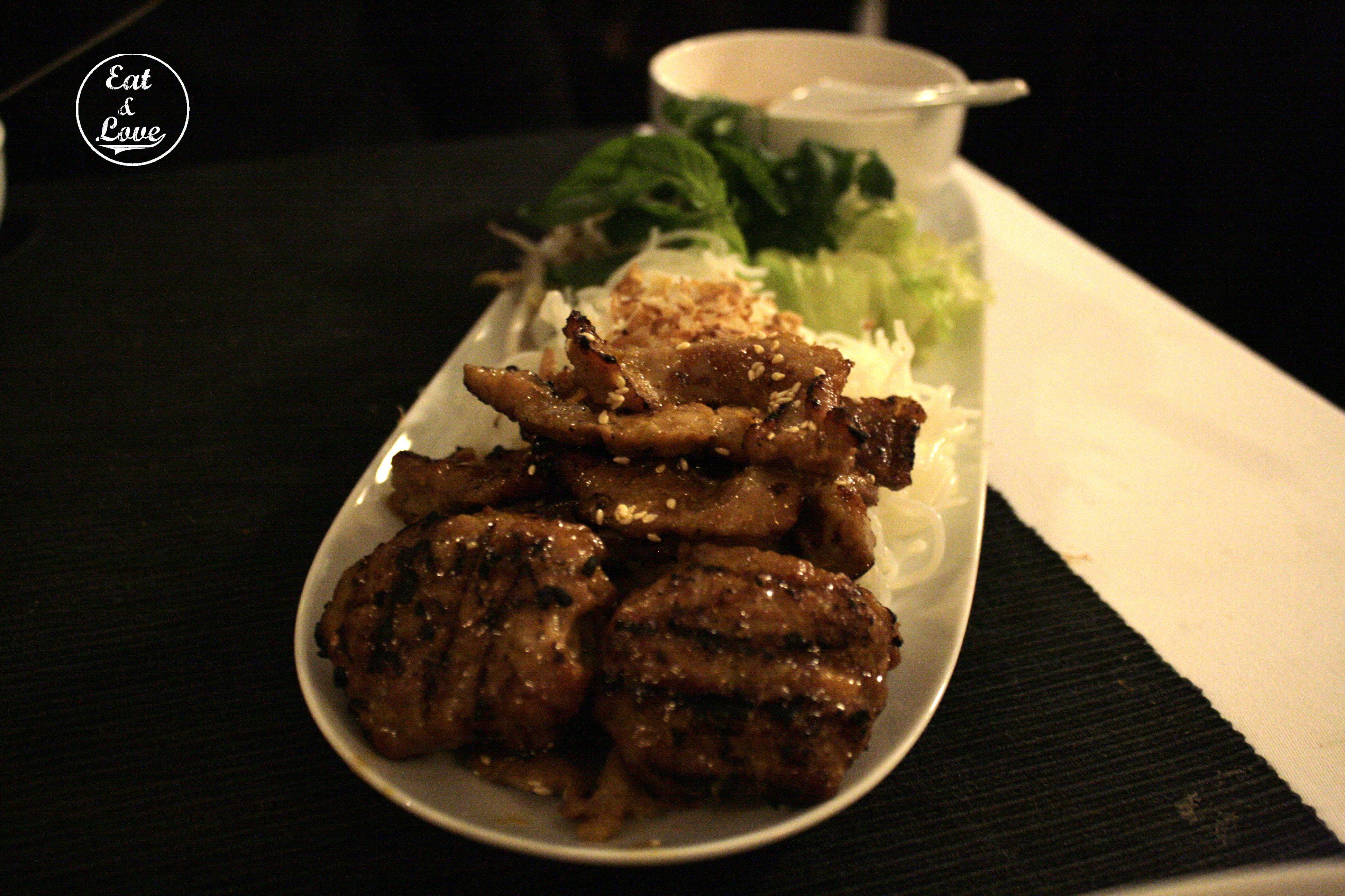 Secreto de cerdo iberico a la brasa con tallarines y vegetales - restaurante Vietnam - Madrid