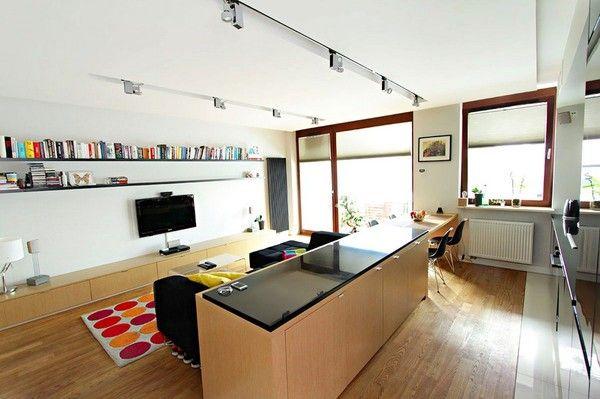 Đảo bếp kính và bàn ăn khéo léo chia căn phòng thành 2 khu vực riêng biệt.