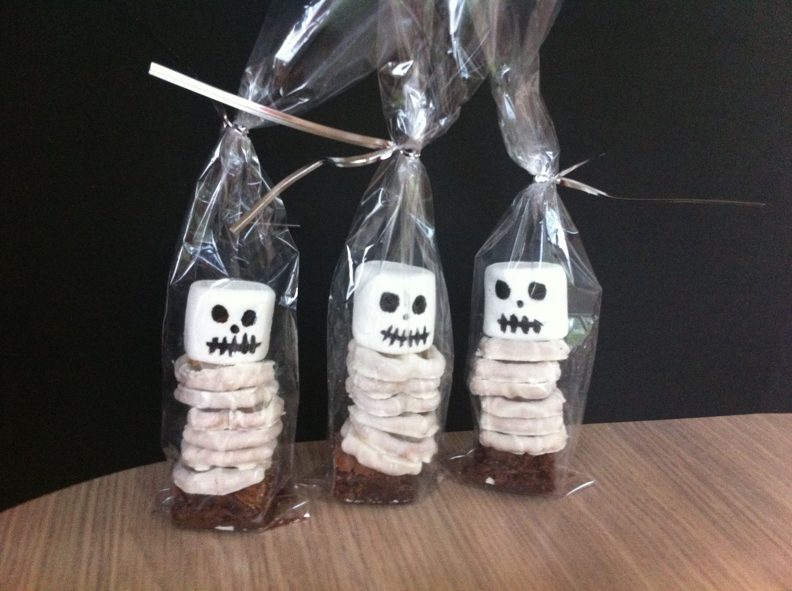 Skeleton marshmallow and pretzel favours | My projects | Pinterest