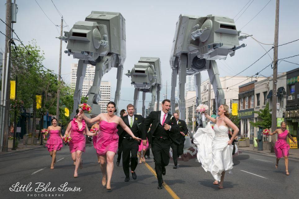 Los novios corren en estampida al ver robots de Star Wars