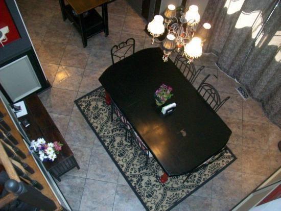 Sàn nhà được trải thêm thảm nhằm giữ cho đôi chân luôn được ấm vào buổi sáng