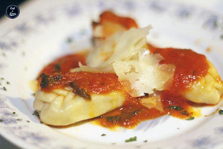Culurgione rellenos de patatas, queso pecorino y menta en salsa pomodoro con láminas de pecorino curado en Aiò - restaurante pizzeria italiano sardo Malasaña Madrid