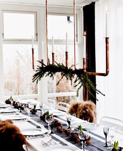 Thiết kế này khá cầu kỳ, nó đòi hỏi bạn phải hàn các mảnh ống đồng để có được một chiếc đèn chùm thật tuyệt đẹp. Trang trí thêm một nhánh thông, thổi không khí Giáng sinh vào toàn không gian bếp.