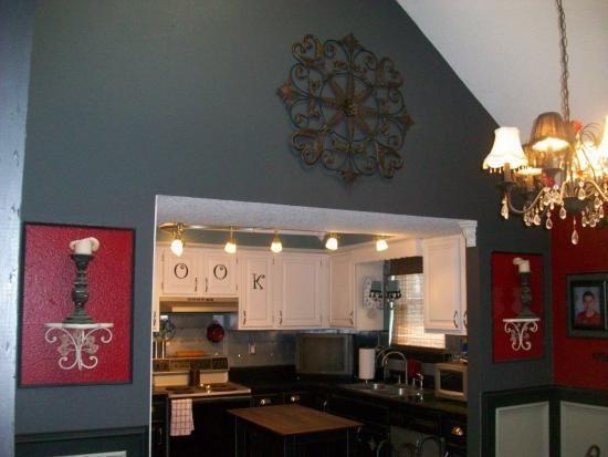 Hai chiếc huy chương kim loại lớn được đặt 2 bên cửa ra vào gian bếp làm tăng thêm độ cao cũng như sự sang trọng cho căn phòng