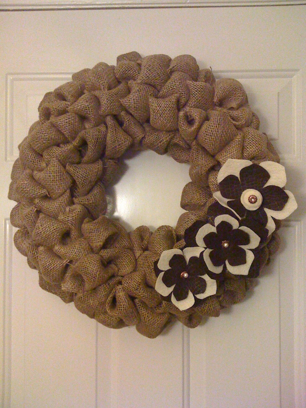 Burlap wreath crafts diy pinterest for What to make with burlap