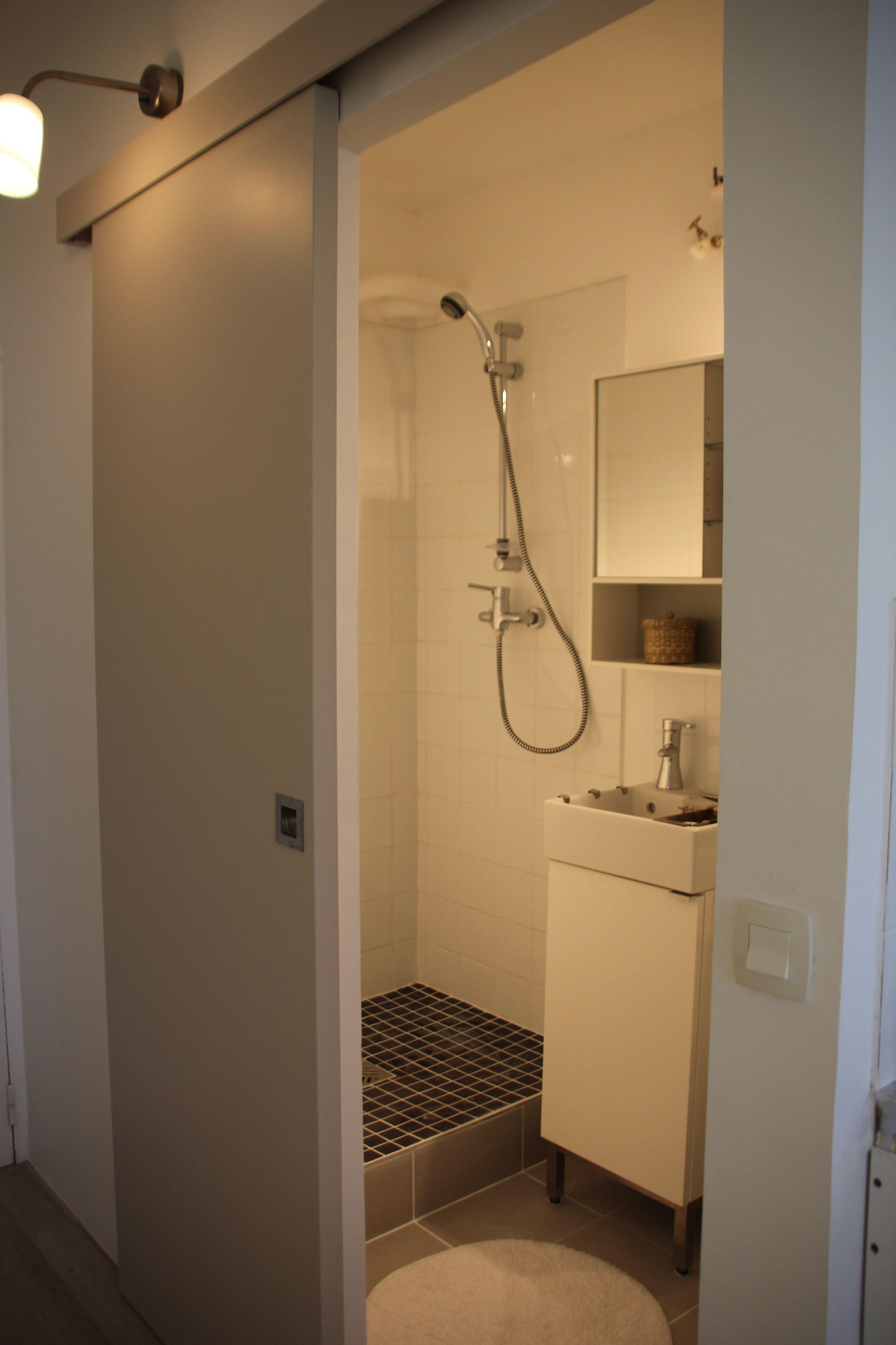 Porte coulissante salle de bain fermeture claire for Porte coulissante wc