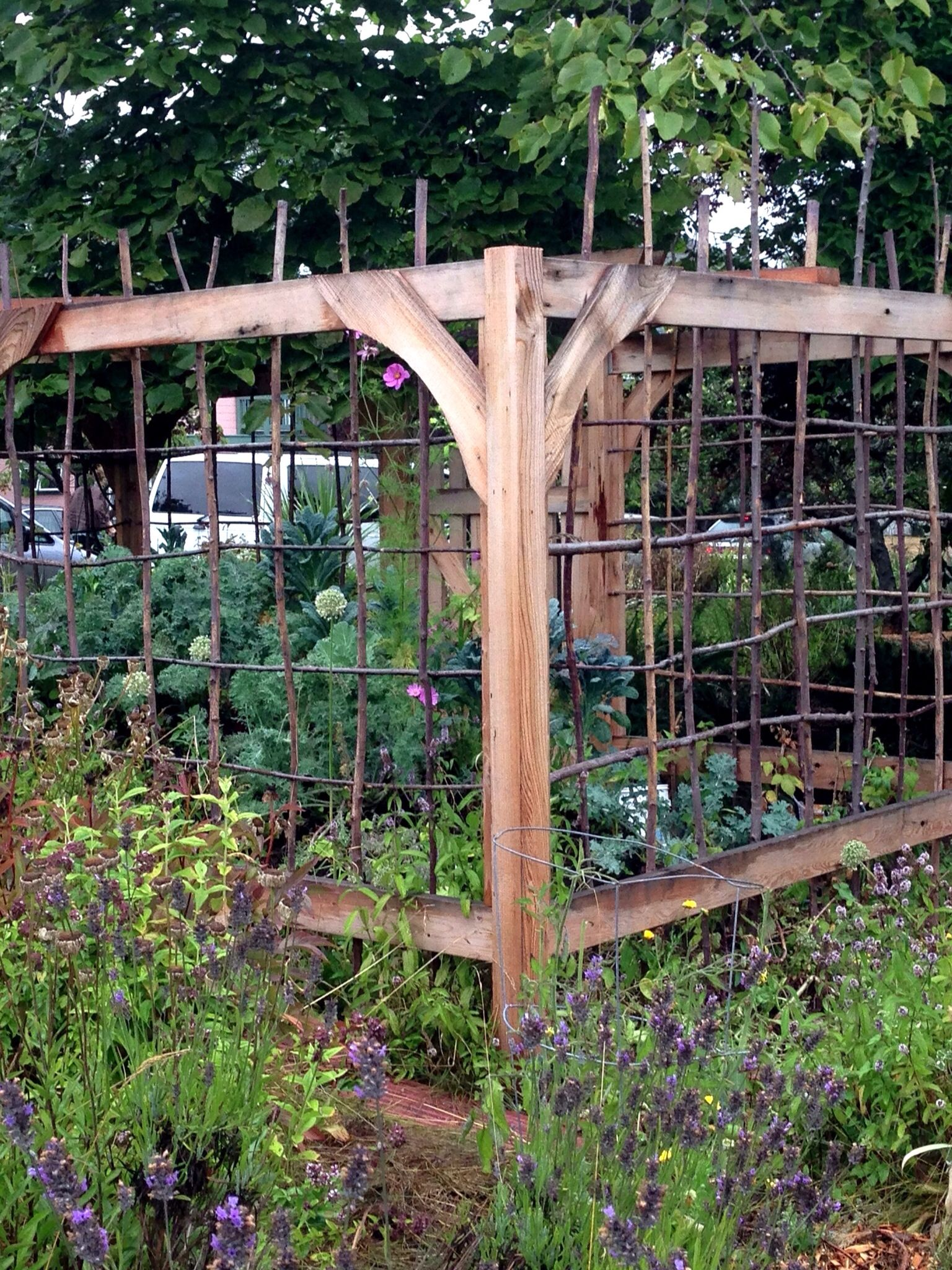 Great vegetable garden fence idea vetegatble garden for Garden fence designs ideas