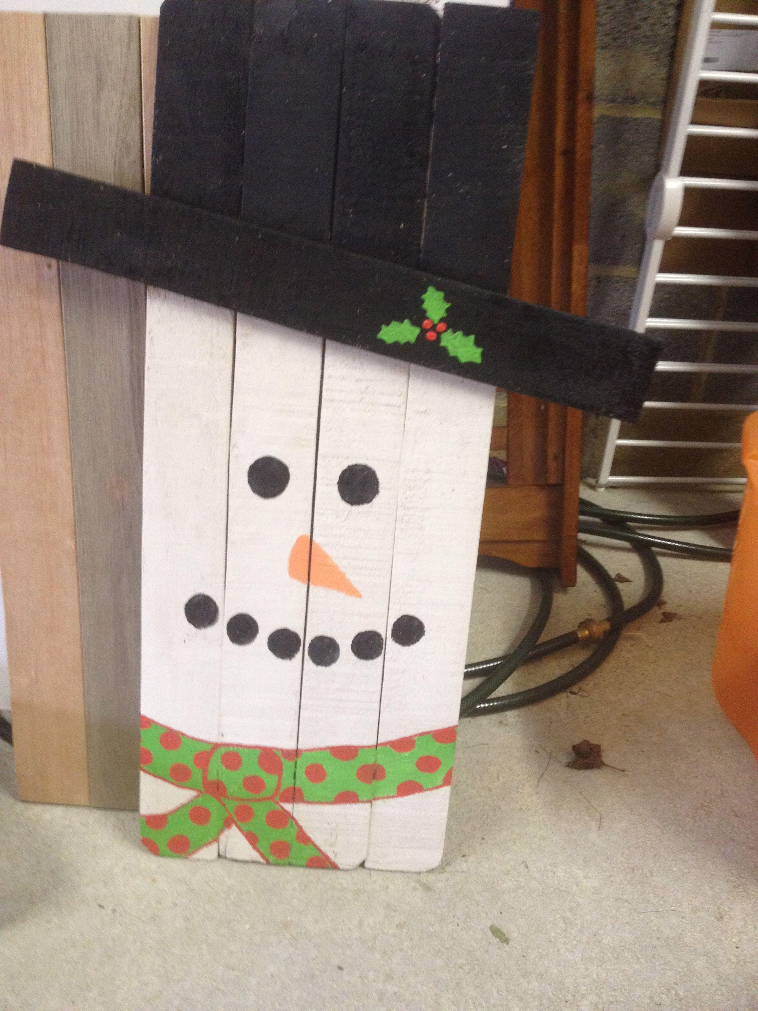 Snowman pallet sign diy pinterest for How to make a wood pallet snowman