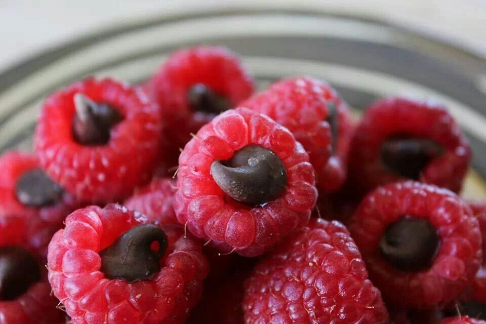 Chocolate chip stuffed raspberries! | Yumm yumm | Pinterest