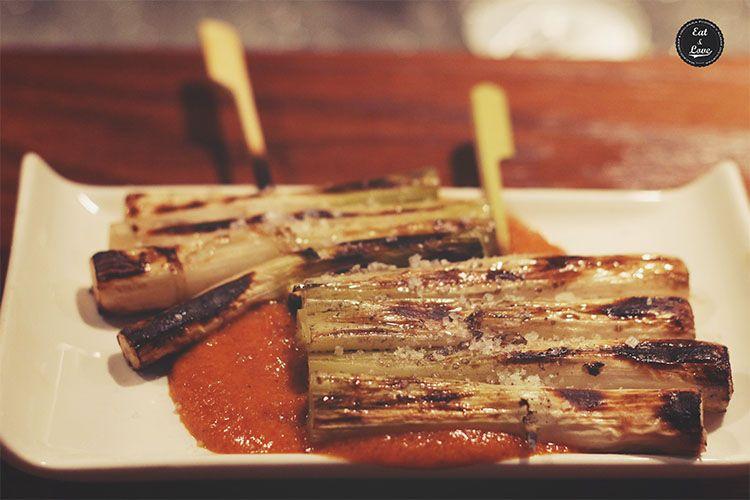 Cebolletas frescas asadas con salsa romescu - Yakitoro