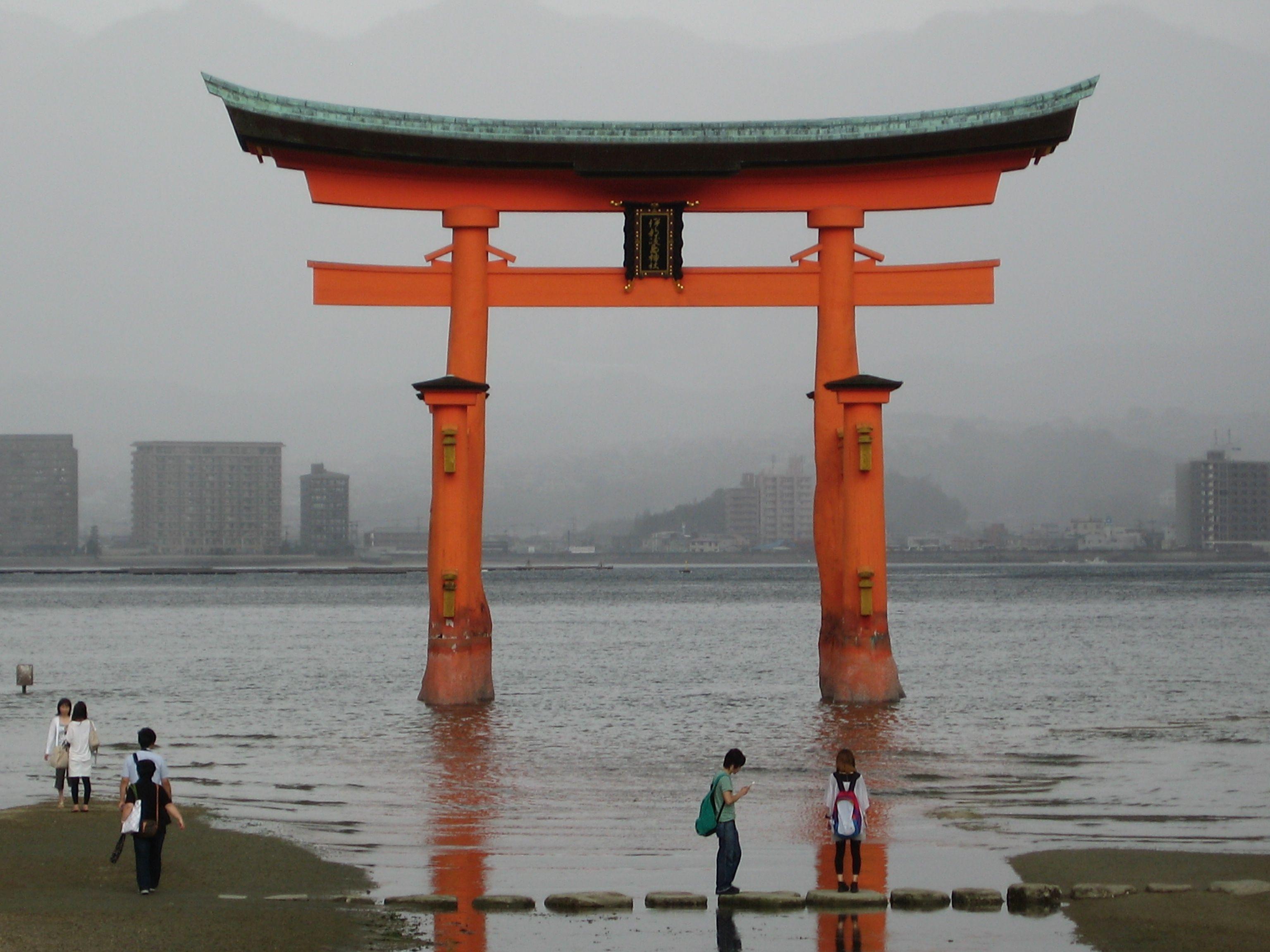 Miyajima tori gate japan gate escultura e for Japanese gates pictures