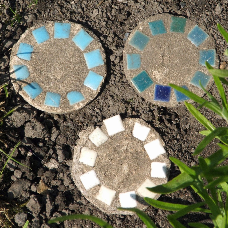 Mosaic stepping stones garden mosaics pinterest for Pinterest garden stones