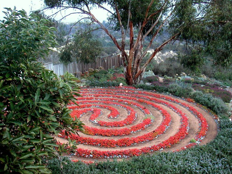 Labyrinth garden beautiful art therapy and integrative for Garden labyrinth designs