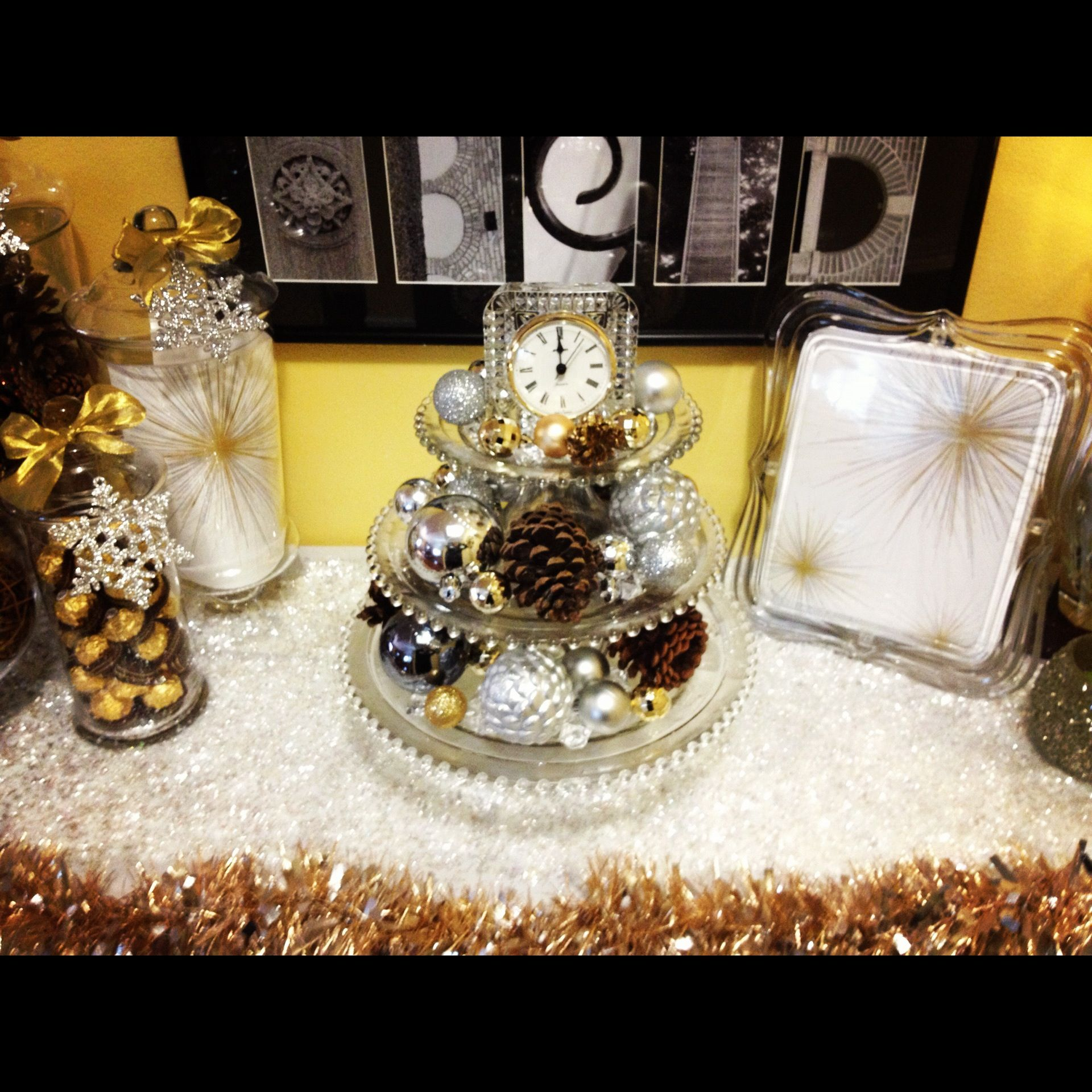 New years table decor moderneid gold new year party for Decoration new year
