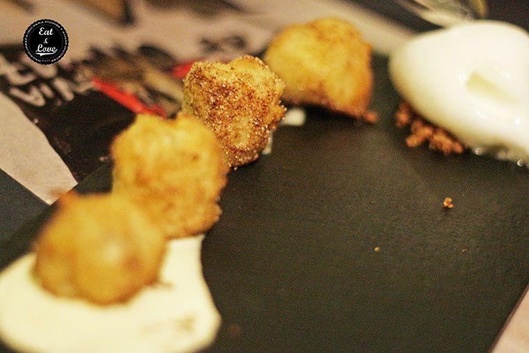 Buñuelos de plátano y almendra con sorbete de limón en Charlie Champagne restaurante neotaberna Madrid