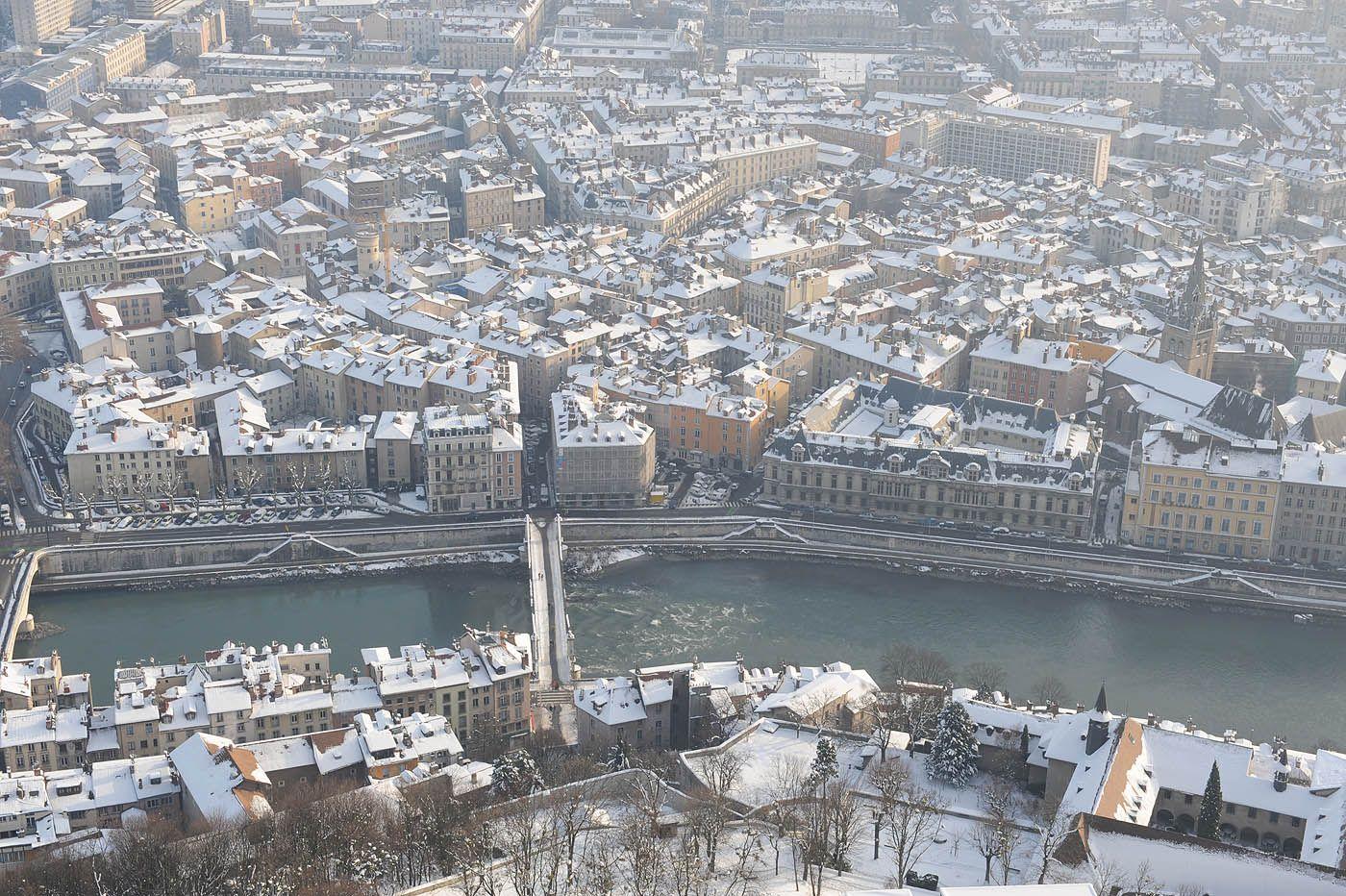 Pin by office de tourisme de grenoble on grenoble sous la for Piscine grenoble