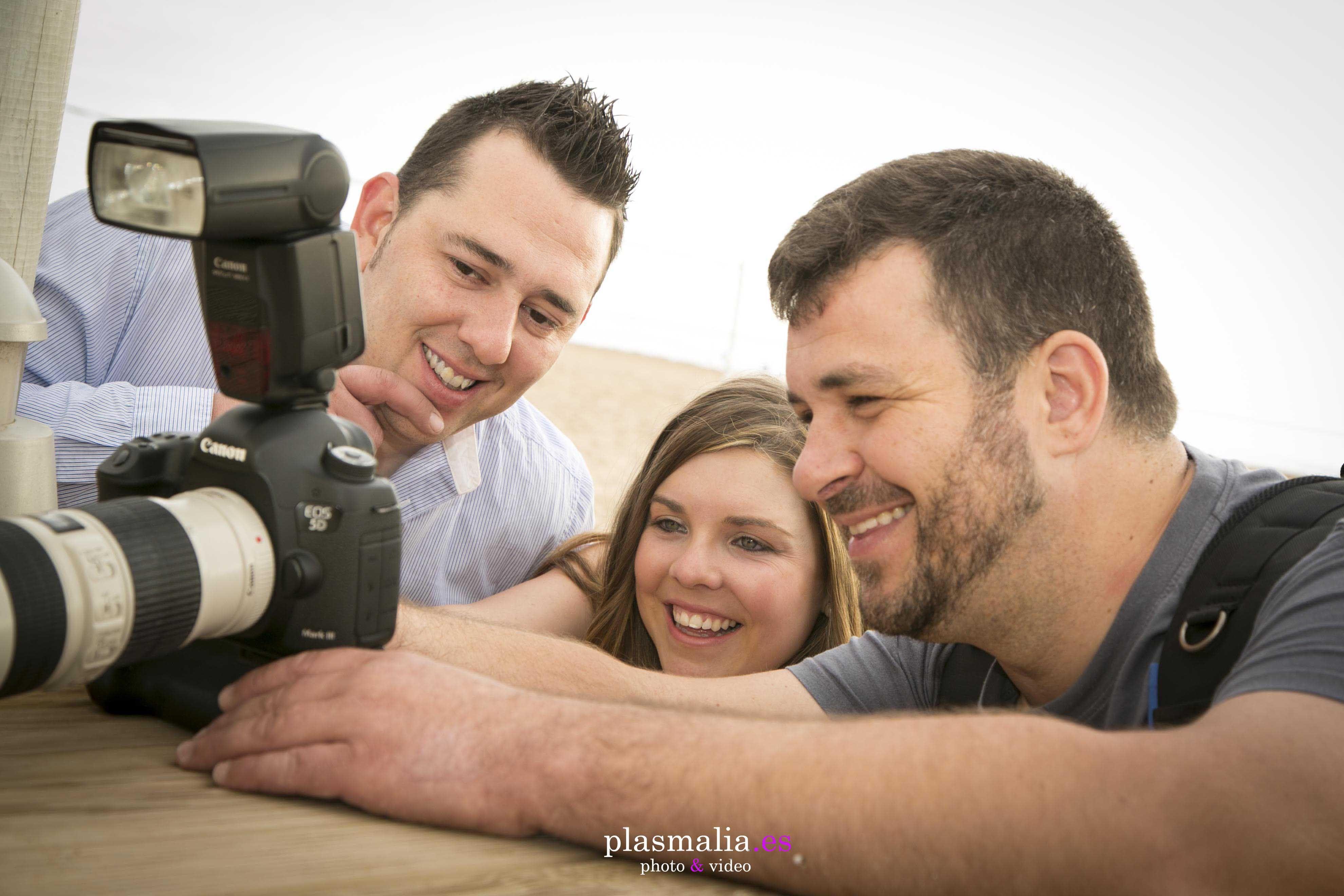Fotógrafo enseñando el reportaje de boda original a los novios