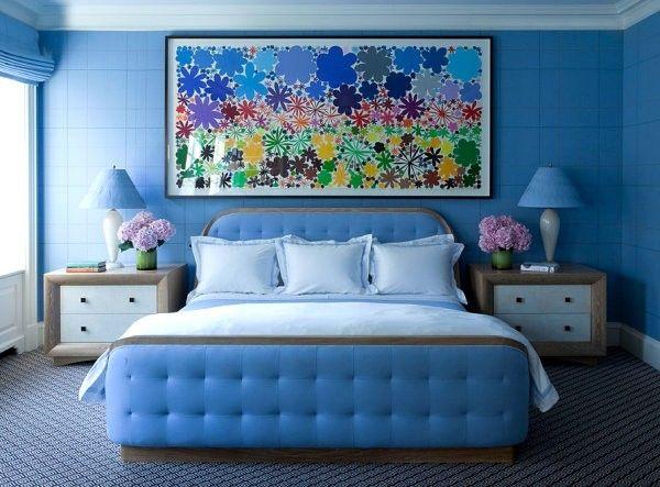 Căn phòng là sự kết hợp rất ăn ý của những gam màu nổi ấn tượng. Gam xanh neon cực kì bắt mắt với bức tranh hội họa nhiều màu sắc.