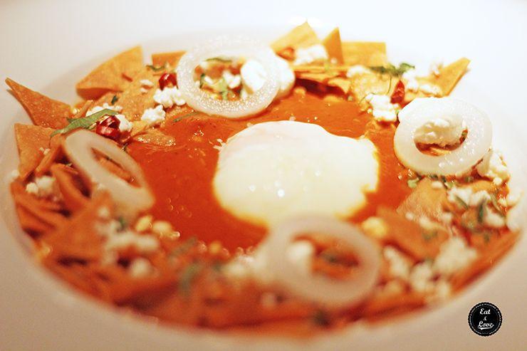 Chilaquiles rojos con salsa de chile morita y huevo de corral - Restaurante Punto MX Madrid